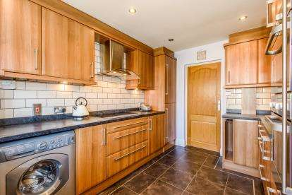 3 Bedrooms Semi Detached House for sale in Shotgate, Wickford, Essex