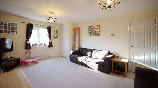 2 Bedrooms Maisonette Flat for sale in Woodland Walk, Aldershot, Hampshire