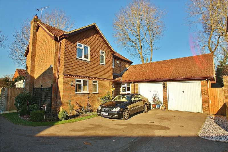 3 Bedrooms Detached House for sale in Bergenia Court, West End, Woking, Surrey, GU24
