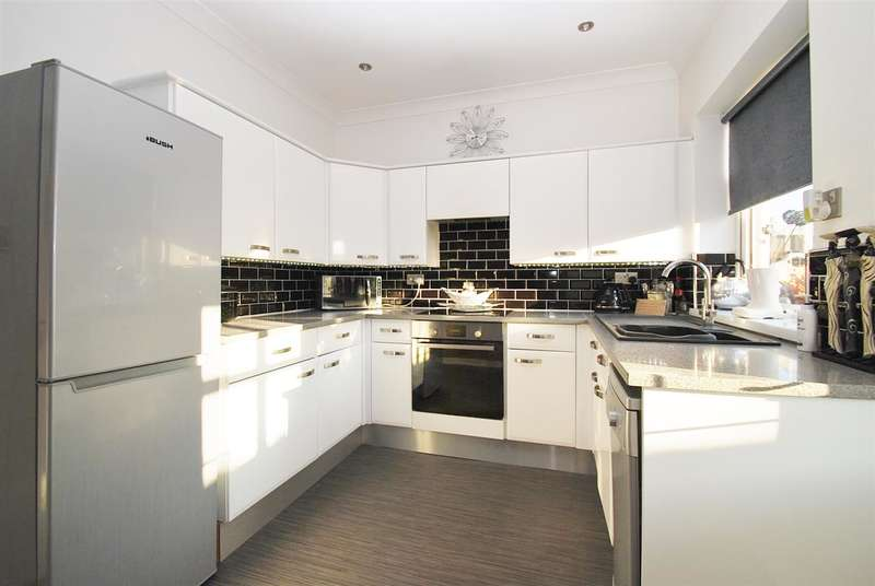 3 Bedrooms Bungalow for sale in St Huberts Drive, Skegness