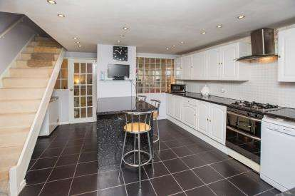 3 Bedrooms Maisonette Flat for sale in Mile End, London, England
