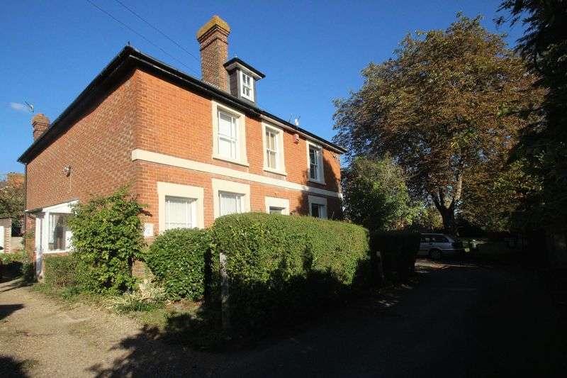 2 Bedrooms Semi Detached House for sale in Half Moon Lane, Tonbridge