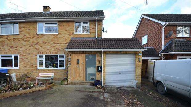3 Bedrooms Semi Detached House for sale in Merron Close, Yateley, Hampshire