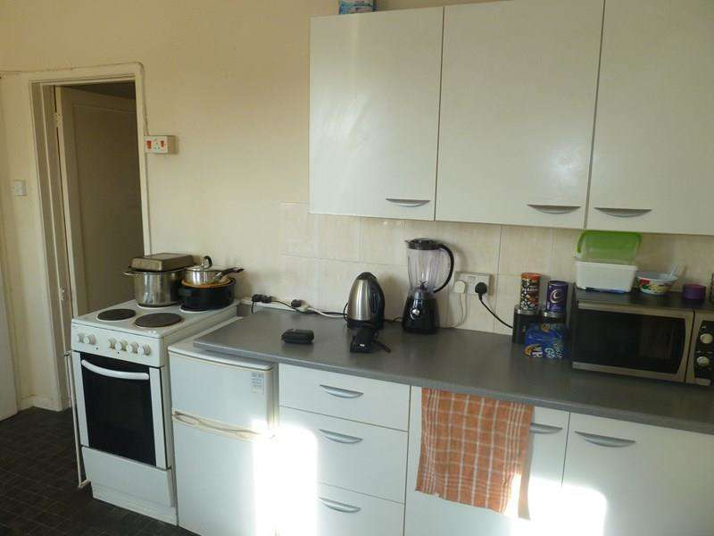 3 Bedrooms Maisonette Flat for sale in Cunningham Crescent, West Howe, Bournemouth