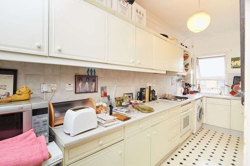 2 Bedrooms Flat for sale in Saltram Crescent, London