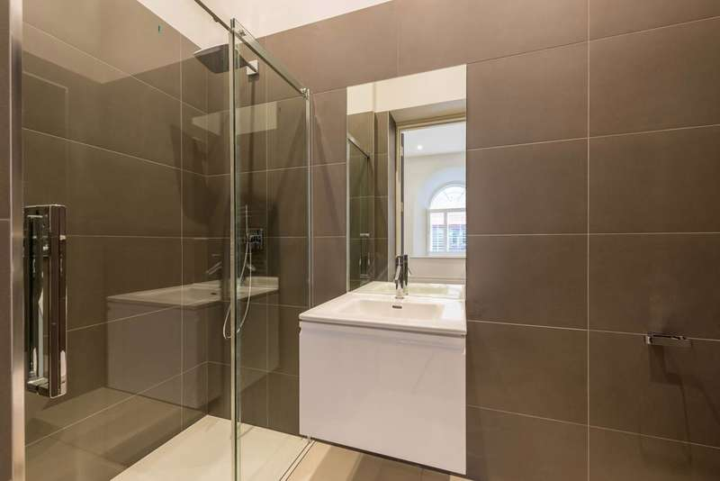 3 Bedrooms Flat for sale in Magistrates House, Brentford, TW8