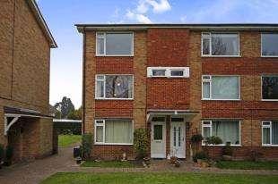 2 Bedrooms Flat for sale in Liskeard Lodge, Tupwood Lane, Caterham, Surrey