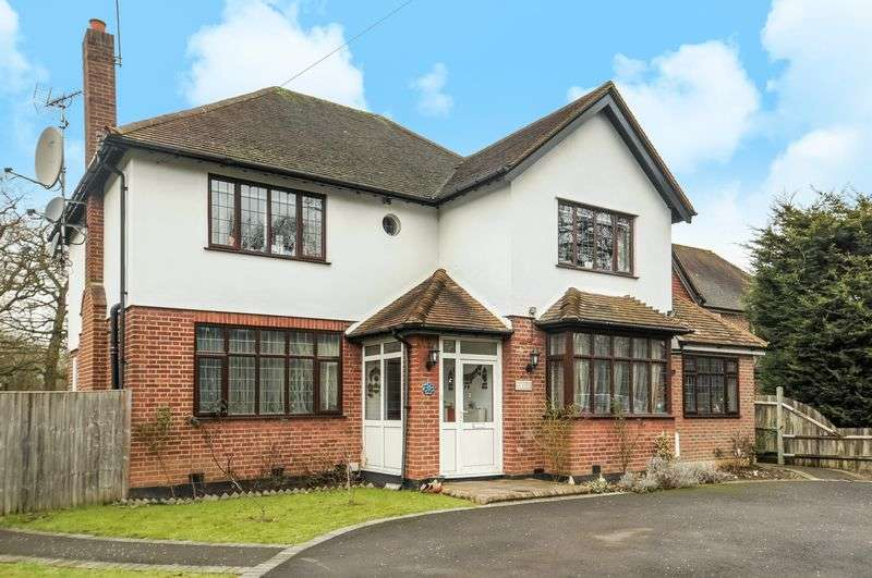 4 Bedrooms Detached House for sale in Oxshott Road, Leatherhead