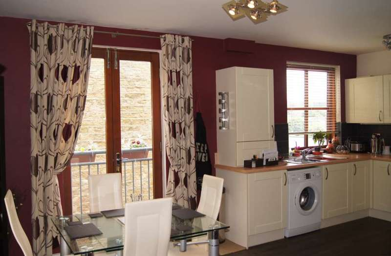 2 Bedrooms Flat for sale in Lower Sunnybank Court, Meltham