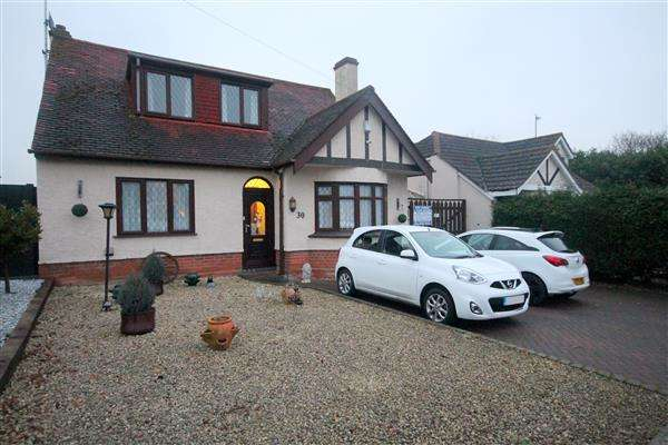 3 Bedrooms House for sale in Sladburys Lane, Holland on Sea