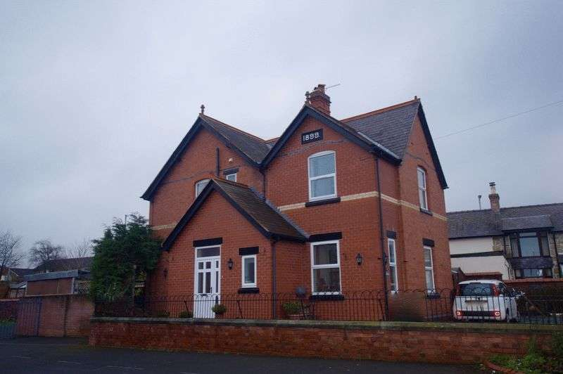 4 Bedrooms Detached House for sale in Bangor Road, Johnstown, Wrexham
