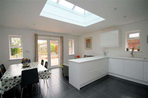 4 Bedrooms Semi Detached House for sale in Hound Road, Netley Abbey, Southampton