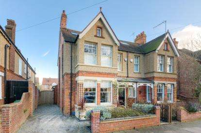 4 Bedrooms Semi Detached House for sale in Shaftesbury Avenue, Bedford, Bedfordshire