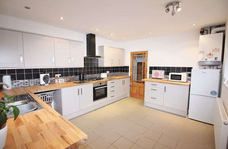 4 Bedrooms Bungalow for sale in 18 Barrows Lane East, Great Eccleston, Preston PR3 0UN