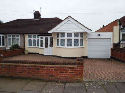 2 Bedrooms Bungalow for sale in Clayhall, Ilford, Essex