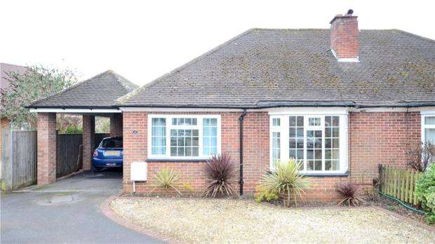 2 Bedrooms Semi Detached Bungalow for sale in Farm Close, Maidenhead, Berkshire