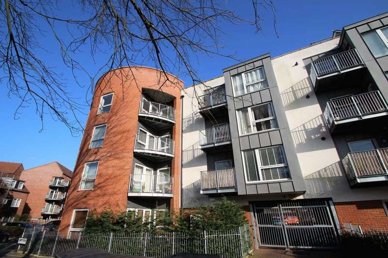 2 Bedrooms Flat for sale in Eagle Court, Drinkwater Road