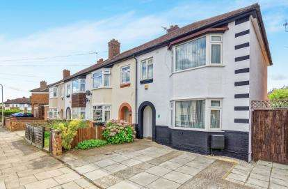 3 Bedrooms End Of Terrace House for sale in Broad Avenue, Bedford, Bedfordshire
