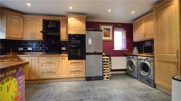 5 Bedrooms Detached House for sale in Glenrhondda, Emmer Green, Reading