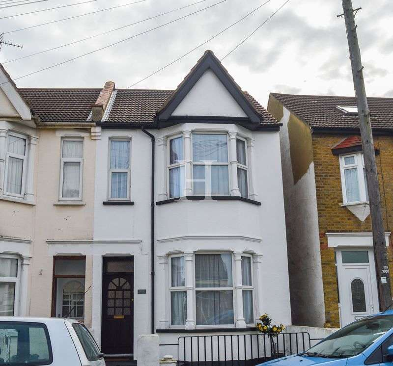 2 Bedrooms Terraced House for sale in Central Avenue, Southend-On-Sea, Essex, SS2