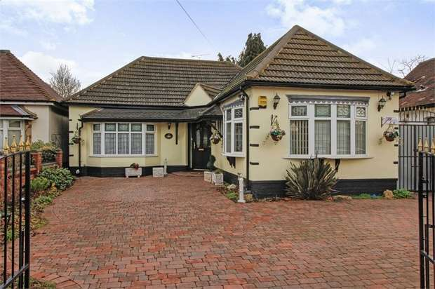 4 Bedrooms Detached Bungalow for sale in Haynes Road, Hornchurch, Essex