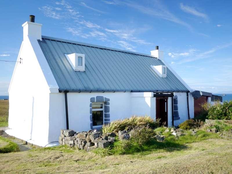 2 Bedrooms Cottage House for sale in 13 Hunglader, Kilmuir, Isle of Skye, IV51 9YT