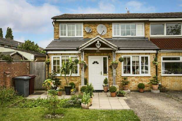 3 Bedrooms Semi Detached House for sale in Combe Road, Tilehurst, Reading,