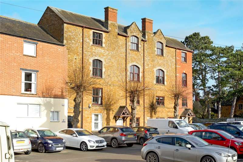 2 Bedrooms Flat for sale in Wychway House, Bull Ring, Deddington, Oxfordshire, OX15