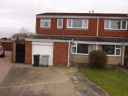 3 Bedrooms Semi Detached House for sale in South View, Holton-Le-Clay, Grimsby