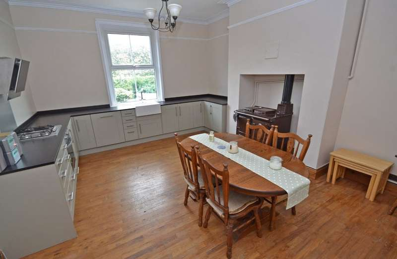 4 Bedrooms Terraced House for sale in Snowhill View, Wakefield