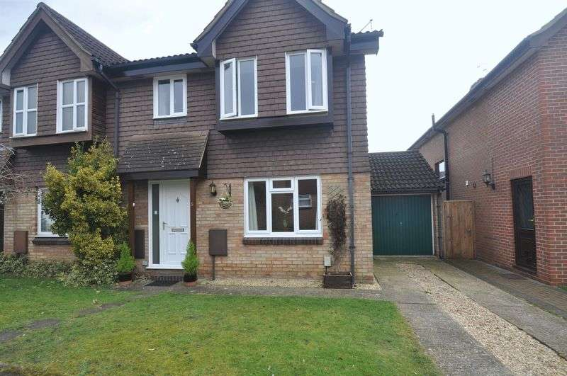 3 Bedrooms Semi Detached House for sale in Whitebeam Gardens, Farnborough