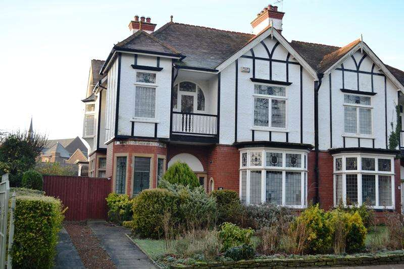 4 Bedrooms Semi Detached House for sale in Park Drive, Grimsby DN32