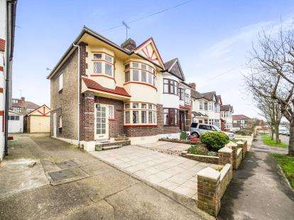 3 Bedrooms Semi Detached House for sale in Avenue, Woodford Green, Essex
