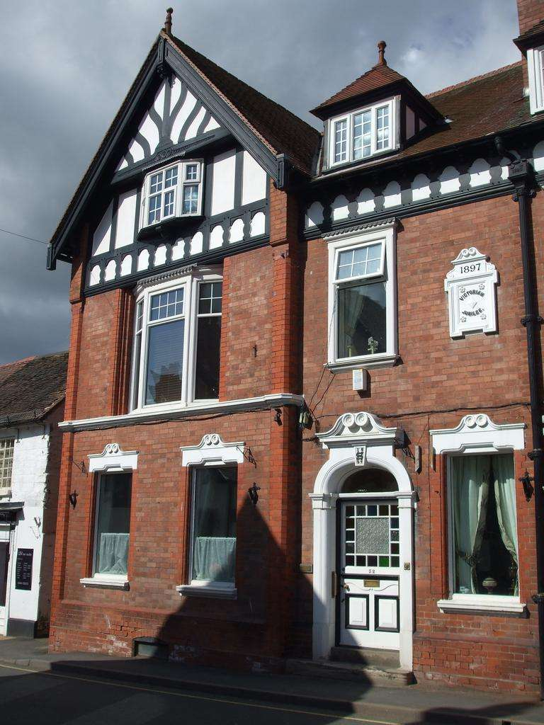 6 Bedrooms Town House for sale in 52 High Street, Church Stretton SY6 6BX
