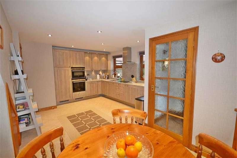 3 Bedrooms Semi Detached House for sale in Welborn Court, Flixton
