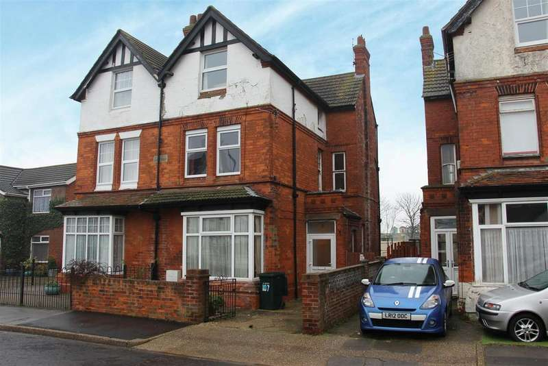 6 Bedrooms Semi Detached House for sale in 107 Victoria Road, Mablethorpe