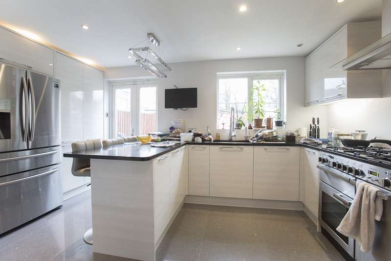 4 Bedrooms Terraced House for sale in Parklands Close, Ilford, Essex, IG2