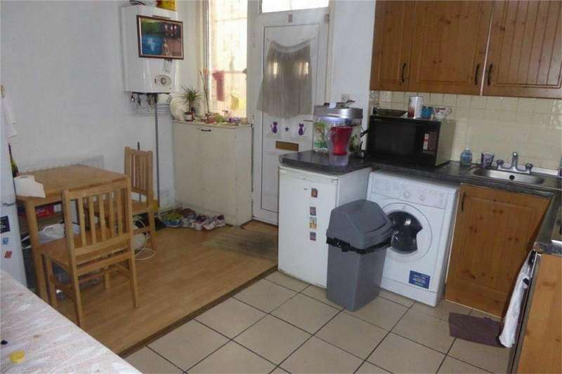 2 Bedrooms Flat for sale in High Road, Wembley, Middlesex