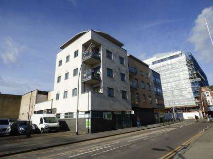 2 Bedrooms Flat for sale in 93 Clements Road, Ilford