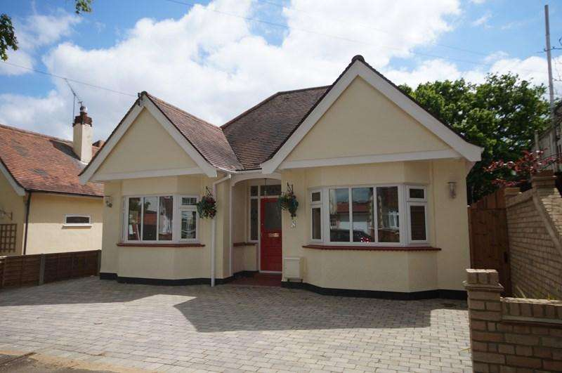 2 Bedrooms Bungalow for sale in Tudor Gardens, Leigh-On-Sea
