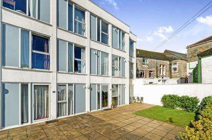 2 Bedrooms Flat for sale in The Leats, Truro, Cornwall