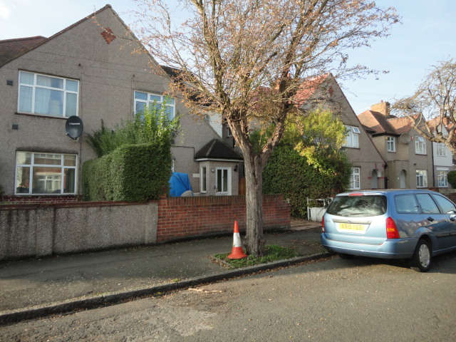 3 Bedrooms Semi Detached House for sale in Chatsworth Crescent, Hounslow, TW3