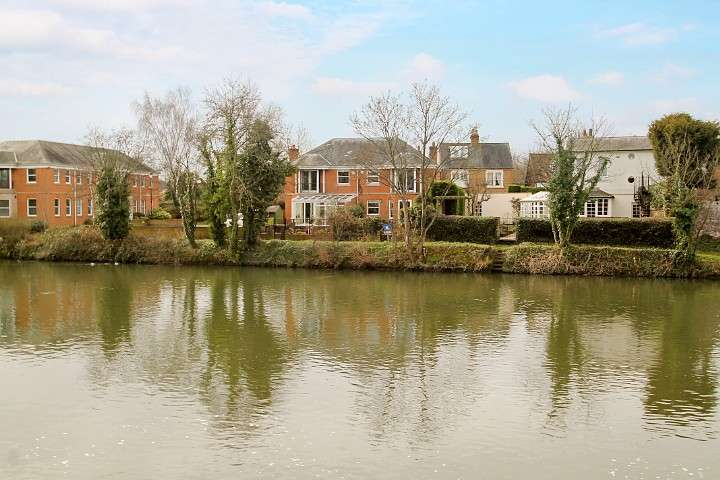 3 Bedrooms Semi Detached House for sale in The Hythe, Staines-Upon-Thames, TW18