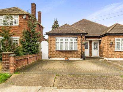 2 Bedrooms Bungalow for sale in Rainham, Essex, .