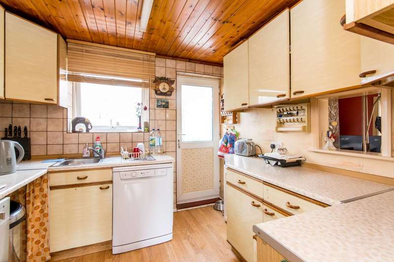 3 Bedrooms Terraced House for sale in East Crescent, Friern Barnet, N11