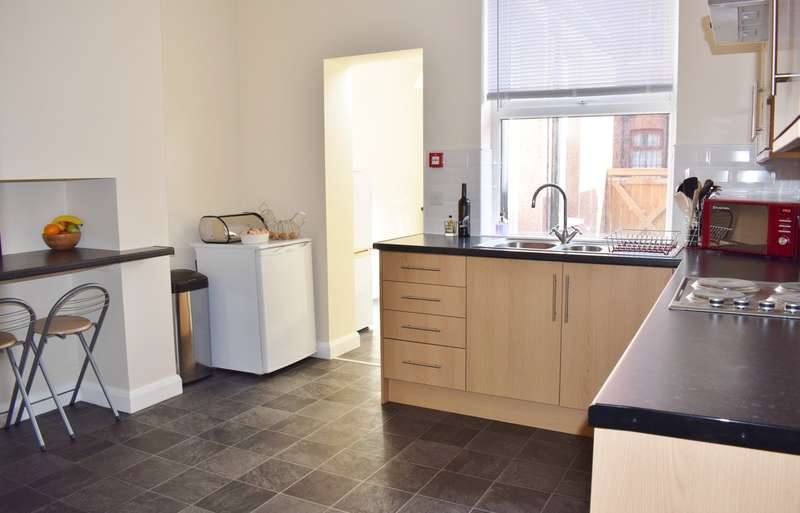 4 Bedrooms Terraced House for sale in Nowell Place, Leeds