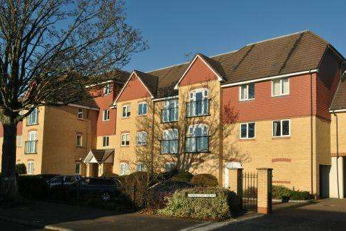 2 Bedrooms Flat for sale in Charlcot Mews, Cippenham, Slough SL1 5HD