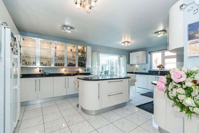 5 Bedrooms Detached House for sale in Lower Sunbury