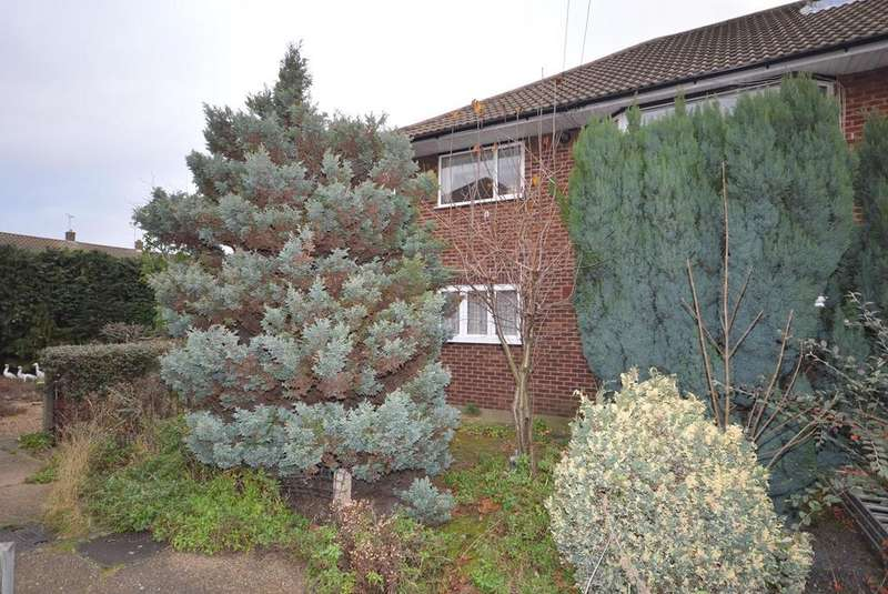 2 Bedrooms Apartment Flat for sale in Lowlands Gardens, Romford, Essex, RM7