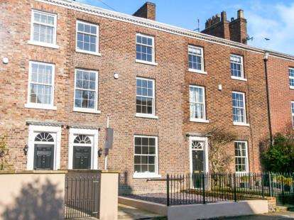 4 Bedrooms Town House for sale in Chester Road, Macclesfield, Cheshire